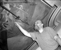 Restaurátor Václav Potůček posuzuje stav Reinerovy fresky na stropě hlavního sálu duchcovského zámku.