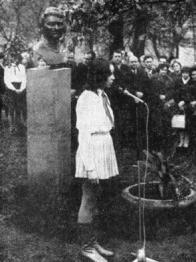 Pionýrka odhalující Marušku Majerů. Mimochodem kde je jim konec-oběma