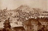 V popředí Komenda Křížovníků červené hvězdy v roce 1879, která zůstala stát i po zboření Špitálské brány a hradeb