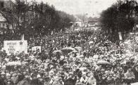 Ve středu 7. listopadu 1973 na Náměstí míru v Litvínově, byla uspořádána okresní manifestace pracujících na počest 56.výročí VŘSR. Poznáváte se ? :-)