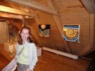 Přítelkyně autora článku před abstraktními obrazy s názvy Slunce a Země, které ji zaujaly. Na výstavě v Litvínově v srpnu 2009
