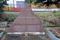"""Památník obětem II. světové války. Novodobý trojúhelníkový památník z leštěné růžové žuly. Na líci rytý nápis """"Oběť vaše nebyla marná"""""""