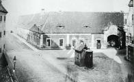 Duchcovský dvůr již neexistuje a stával v místech dnešního gymnázia asi do poloviny 20. let 20. stol a naproti němu byly sýpky a za sýpkami vrchnostenský pivovar