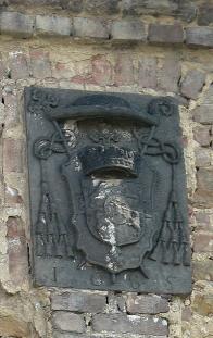 Barokní dvůr v Želénkách. Detailní deska na průčelí špejcharu na dvoře. Valdštejnský dvůr je jedna z nejstarších památek po tomto rodu na Duchcovsko - Litvínovsku