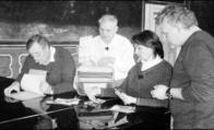 V sále duchcovského zámku, kterým kdysi procházel Václav Freiman do své kanceláře, se rozvinula debata nad rodinnými fotografiemi Veroniky Freimanové s režisérem Davidem Sísem (vpravo) a jejími bratranci Janem a Václavem Bašeovými