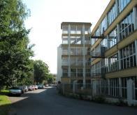 Na konci továrního bloku, zabočujeme o 45 stupňů vlevo, kde je vidět panelový dům. Dříve zde byla nejstarší část Litvínova, Vodní ulice s historickými staveními, usedlostmi se stodolami, které lemoval Bílý potok