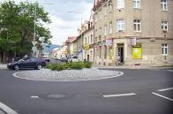 Tam, kde Horní Litvínov plynule navazuje na Chudeřín, je dnes rušná dopravní tepna města a kruhový objezd. Dříve to bylo poměrně poklidné místo, v jehož blízkosti ležela první česká národní škola, a při vjezdu do obce po pravé straně, sídlo bytového družstva