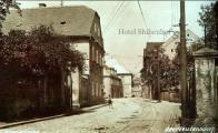 Trať se linula uzoučkou Vodní ulicí, po levé straně míjela další hotel Schienhof, aby vyústila na Náměstí Svobody