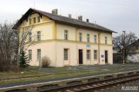 Před několika lety byla v souvislosti s obnovením osobní dopravy na zbytku trati z Chomutova do Jirkova opravena staniční budova. Je stejného vzoru jako v dalších stanicích na této dráze.
