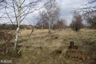 Dále jdeme po tělese v poli až přijdeme k patce po bývalém vjezdovém návěstidle. Nacházíme se před stanicí Horní Jiřetín