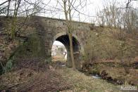 Poté, co těleso opouští pěšina, stává se chůze po něm stále náročnější, na oplátku za obtížnou cestu nacházíme největší zachovaný kamenný mostek poblíž Janova, místní části Litvínova