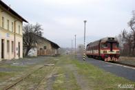 Na první fotografii je pohled do jirkovské stanice s motorovým vozem 854.030, v pozadí pokračování trati do Litvínova