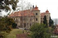 Žlutá značka končí u zámku Jezeří, který je nyní postupně renovován