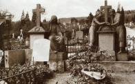 Vedle Valdštejnské kaple byly umístěny dva náhrobky, které byly přemístěny ze zrušeného hřbitova za kostelem. Svou klasicistní formou připomínají autora náhrobku v kapli Pettricha. Pocházejí z doby kolem roku 1840