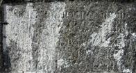 Detail původního nápisu, zřejmé je novogotické písmo