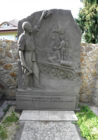 Jeden ze vkusnějších pomníků věnovaných osvobození.Autor a rok neznámý.Jen si nejsem jist na co má vítající občan v ruce ten nástroj...