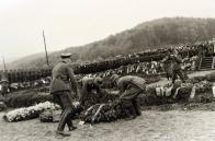 Další záběr na pohřeb a tryznu na hřbitově v hamru u Litvínova