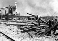 Zničené zařízení chemického závodu STW po náletu 12. května 1944.