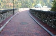 Součástí oprav je i oprava chodníků osvětlení a mříží