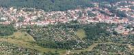 Pohled z ptačí perspektivy na poddolované území v jižním sousedství Chudeřína, které je po úspěšné rekultivaci rájem zahrádkářů (foto z r. 2005)