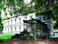 Rieckenova vila, v popředí s přístavbou verandy od stavitele Františka Nusky