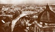 Pohled z kostelní věže směrem k bývalému prvnímu náměstí a centru starého Mostu počátkem 20. století