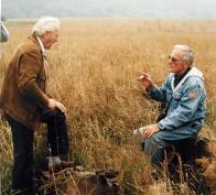 Walter Smejkal v roce 1995, kdy se setkal s americkým válečným letcem Leslie L. Latzem, členem osádky B 17 Flying Fortress 303 BG, která byla sestřelena u Libkovic na Mostecku 17. 4. 1945