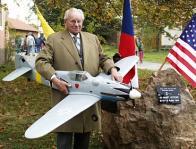 Při odhalení pomníku zahynulým německým stíhačům v Bedlně na Rakovnicku v roce 1999