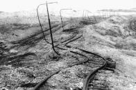 Zkroucené koleje následkem sesuvu půdy po těžbě