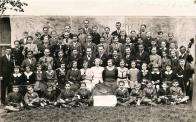 Soubor hudební školy v Záluží asi v r.1934 - 1935.Vedle St.Hromádky stojí Ing. Miloslav Hrabák (1921), který identifikoval většinu jmen. Dívka v bílých šatech s lemováním ve tvaru písmene V je Miroslava Brožíková z Chudeřína