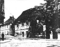 Hostinec Vincenta Seiferta, čp. 6, bývalé Valdštejnské náměstí, Horní Litvínov, v době, kdy se zde konal zápis dětí do české školy na počátku školního roku 1900/1901