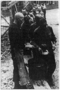 Váleční zajatci při odběru potravinových přídělů v táboře STW