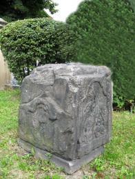 Sokl s reliéfem sv.Jiří v Lomu