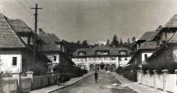 Ulice Emy Destinové, na jejím konci Nerudovo náměstí. Fotografie po r.1926, kdy došlo k vystavění osady