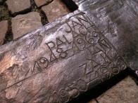Na rozdíl od naprosté většiny pomníků je u tohoto artefaktu zdůrazněna horizontála - z dlažby chodníku vystupují dvě nízké kruhové mohyly propojené bronzovým křížem (pomník má současně symbolizovat lidskou postavu jako pochodeň). Poloha kříže naznačuje směr, kterým zapálený Jan Palach běžel. Památník odhalil 16. ledna 2000 starosta Prahy