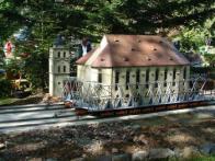 Model mosteckého děkanského kostelu při jeho stěhování. Je umístěn v parku miniatur v německém Oederanu.