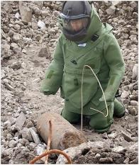 Pyrotechnik při zneškodňování pumy.