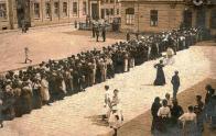 Most. Zástup před okresním hejtmanstvím, kolem roku 1917.