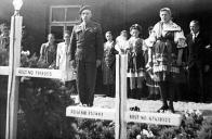 Poválečný pietní akt u hrobů britských válečných zajatců z tzv. Kolumbus Komanda v Dolním Jiřetíně.V popředí jsou hroby Williama Haughtona a Percyho Sanderse
