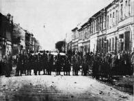 Policejní kordon má zabránit pochodu demonstrujících horníků