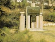 Umělecky bezvýznamný pomník hrdinům Velké mostecké stávky, stojí v parčíku, u křižovatky ulice SNP a aleje B. Němcové
