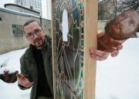 Vladislav Unger z Chomutova renovuje staré kostelní vitráže, ale vyrábí i nové. Autor: Vladimír Škarda, Zdroj: Sedmička