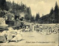 Při stavebních pracích, vypomáhala, v té době již běžná a velmi rozšířená, stavební úzkokolejná železnice s malou parní lokomotivou.Záběr pořízen poblíž vtoku přehrady.