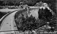 Koruna přehrady se strážním domkem cca 1910.