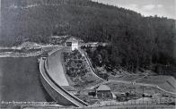 Koruna přehrady se strážním domkem.