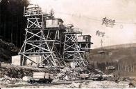 Stavba přehrady-lanovka.