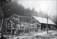 Koncová stanice lanovky pro dopravu materiálu k budované přehradě Janov u Mostu, kterou stavělo konsorcium firem Berndt, Schwarzer a Wurm. foto z časopisu Zakládání staveb.