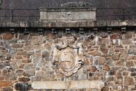 Znak Lobkoviců ve zdi přehrady