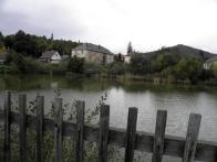 Mlýnsky rybník, v pozadí nejstarší manufaktura v Čechách a část věže oseckého kostela v areálu kláštera