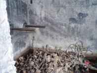 Konzoly v místnosti, zřejmě pro umístění filtro-ventilátoru